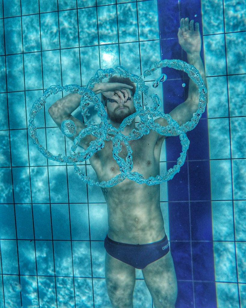 Sebastiaan Verschuren hangt zwembroek aan dehaak